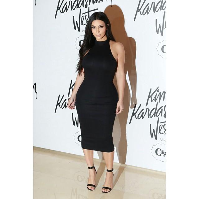 Kim e seu vestido favorito da coleção com a C&A Brasil